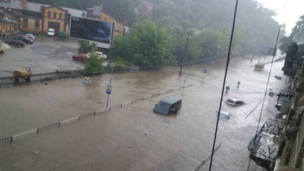 Во Львове из подтопленных машин эвакуировали 130 человек (фото, видео)