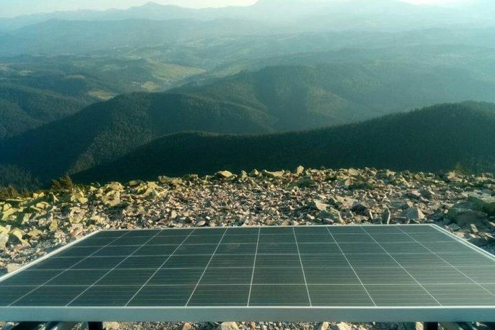 На вершине горы возле Буковеля установили солнечные панели для подзарядки смартфонов